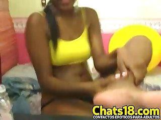 Negrita latina te muestra sus pies por webcam muy hermosa y caliente esta joven